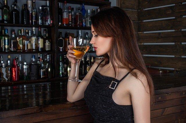 jolie femme dégustant un vin de bourgogne